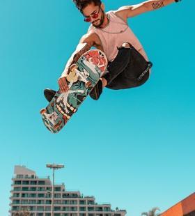 玩滑板的帅气男生个性写真图片