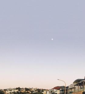城市唯美风景月亮当头个性手机壁纸图片