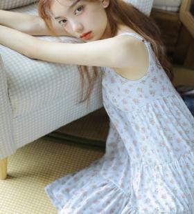 吊带碎花裙气质少女甜美可人私房写真