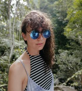 森林中的墨镜美女自拍图片