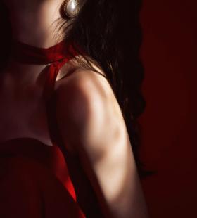 性感红裙吊带美女诱人唯美私房写真图片