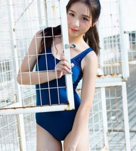 比基尼泳衣造型长相干净小美女写真图片