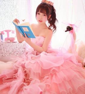 可爱粉色裹胸裙美女性感写真图片