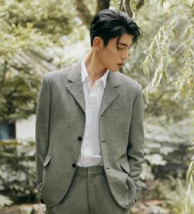 王子异西装造型精致侧颜帅气写真图片
